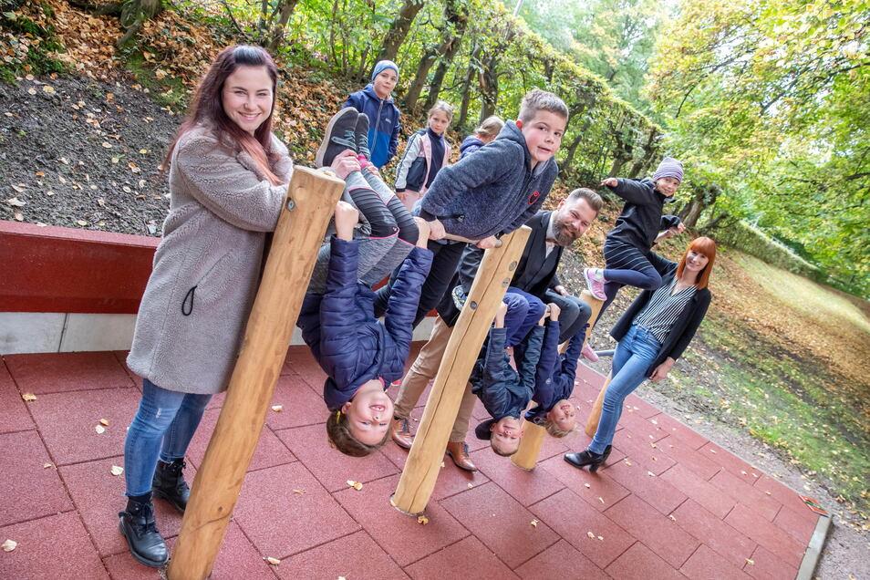 Lehrerin Laura Polster (links) hat mit ihren Schülern und mit Robert Heidrich und Isabel Zschunke von der Filiale Waldheim der Sparkasse Döbeln die neue Reckanlage an der Grundschule eingeweiht.