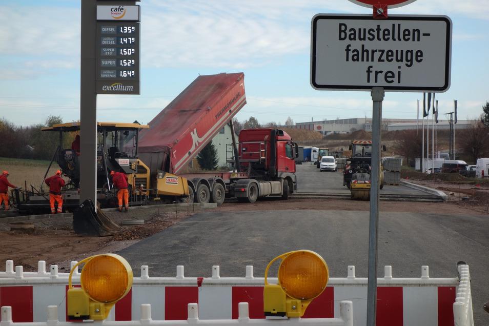 Ab Dienstag entspannt sich die Verkehrssituation auf der Dresdner Straße ein wenig. Mit einer Ampel und halbseitiger Sperrung wird der Verkehr reguliert.