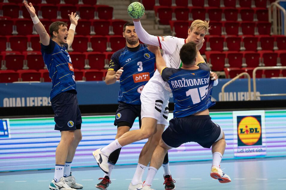 Am vergangenen Donnerstag spielte Marian Michalczik (in weiß) für Deutschland gegen Bosnien-Herzegowina. Nun wurde der Berliner positiv auf das Corona-Virus getestet.