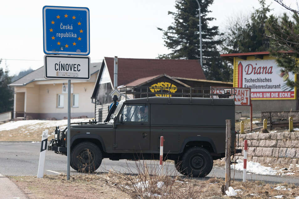 Die Schließung der Grenze zwischen Tschechien und Deutschland hat nach Angaben der Polizei in Sachsen zumindest keine größeren Verkehrsprobleme ausgelöst.