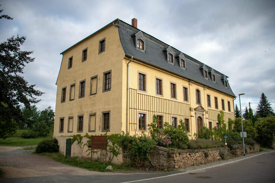 Seit 1927 lebten die Vorfahren von Sabine Reichardt auf dem Vierseithof. Nach Rückführung des Hofes 1992 wurde der ökologische Landwirtschaftsbetrieb mit derzeit 200 Hektar Land und 50 Kühen und deren Nachzucht aufgebaut.