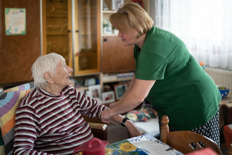 Die 100 Jahre alte Ingeborg Schemeinda bekommt jeden Tag Besuch von ihrer Pflegerin.