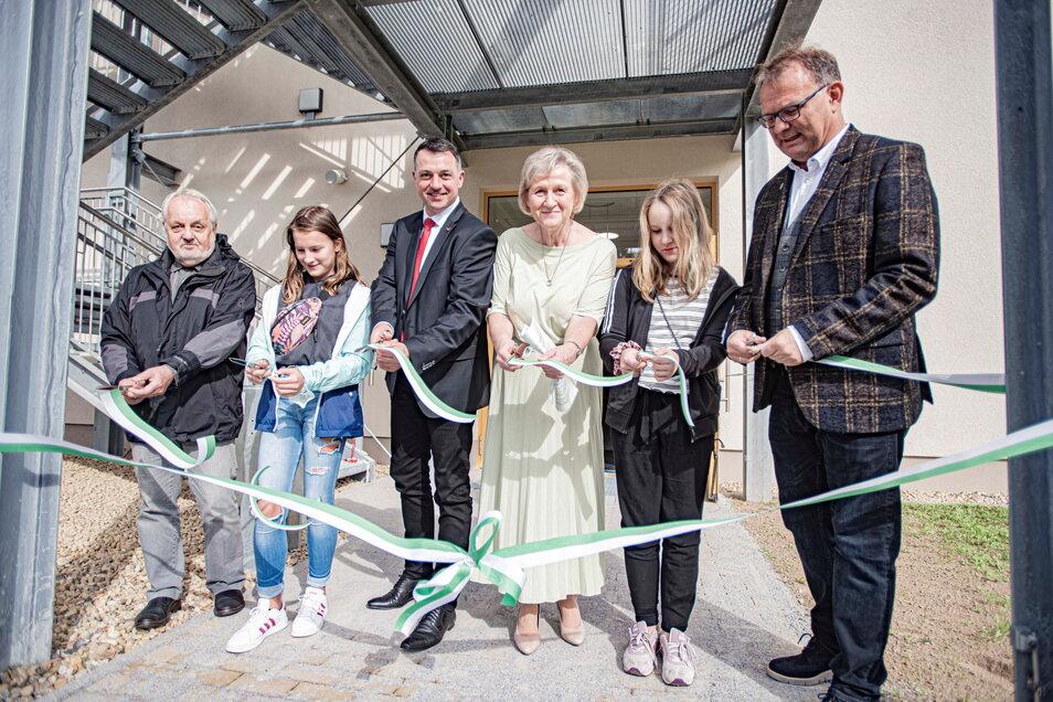An der Königsbrücker Oberschule weihten Schüler gemeinsam mit Vizelandrat Udo Witschas (3.v.l.), Schulleiterin Sigrun Kreher (3.v.r.) und Bürgermeister Heiko Driesnack (r.) den zweiten Anbau ein.