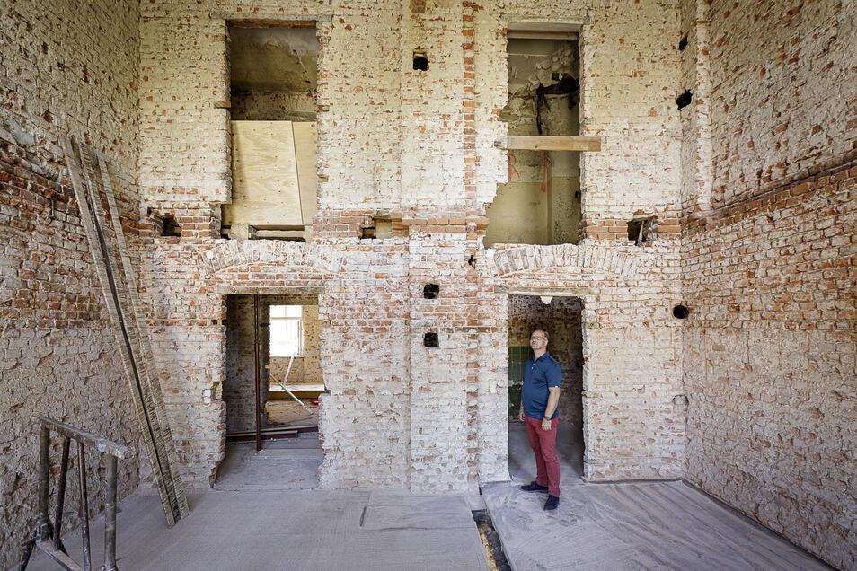 Bauherr Karsten Tobias steht in seinem Haus Jauernicker Straße 38. Bis nächstes Jahr soll es fertig saniert sein.