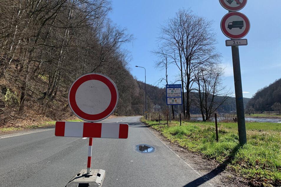 Sperrschild auf der Straße zwischen Schmilka und Hrensko.