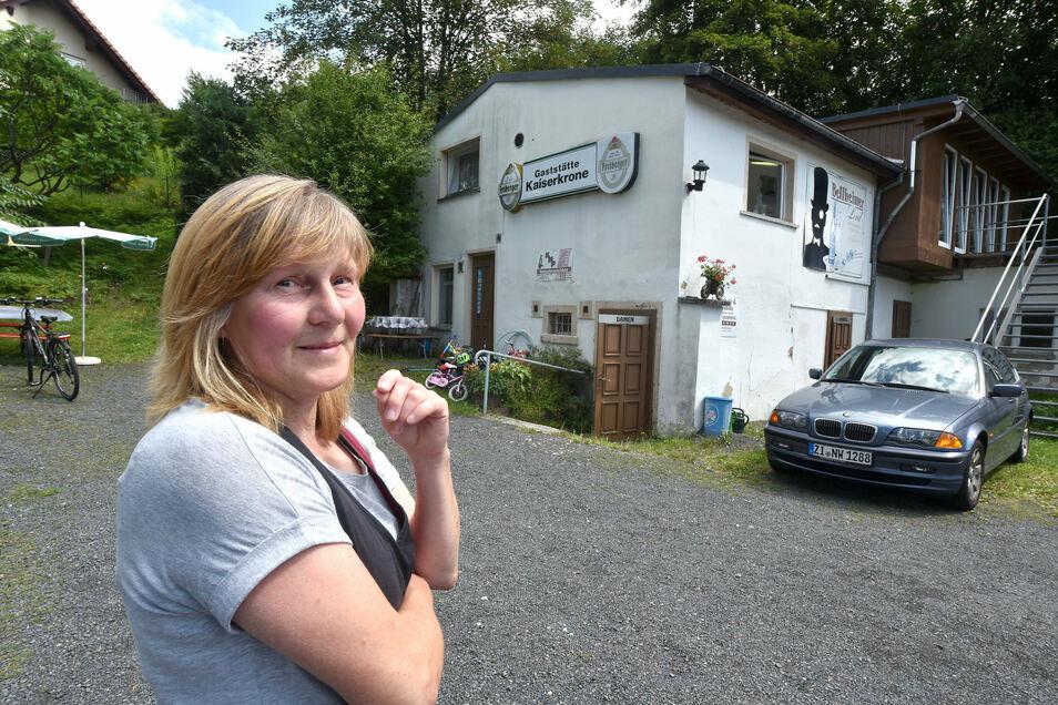 """Simone Stegner heute auf dem Parkplatz ihrer Gaststätte """"Kaiserkrone"""" in Hainewalde."""