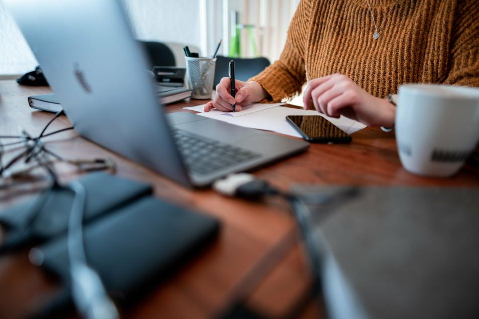 Arbeiten im heimischen Büro: Laut Corona-Verordnungen ist dies eine gute Möglichkeit zur Kontaktbeschränkung. Doch in Großenhains Rathaus müssen auch andere Dinge bedacht werden. Der Datenschutz zum Beispiel.
