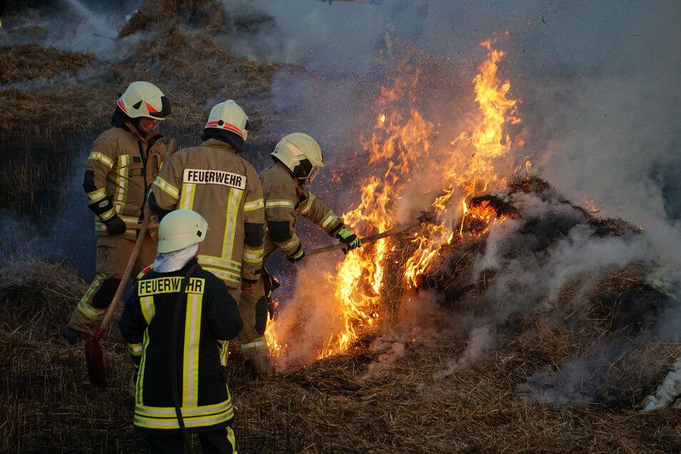 Ausgelöst wurde der Brand vermutlich von einer heiß gelaufenen Strohballenpresse.