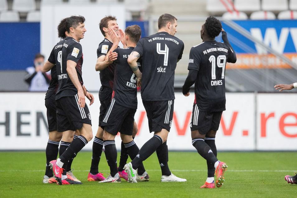 Münchens Leroy Sane (l) jubelt nach seinem Tor zum 1:2 gegen Freiburg.