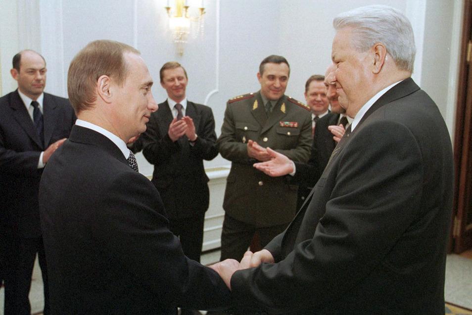 Im Jahr 1999 ernannte Präsident Boris Jelzin den früheren Geheimdienstchef Wladimir Putin zum Ministerpräsidenten. Seitdem regiert der heute 66-Jährige dank einer von ihm initiierten Verfassungsänderung fast durchgängig an der Spitze Russlands.