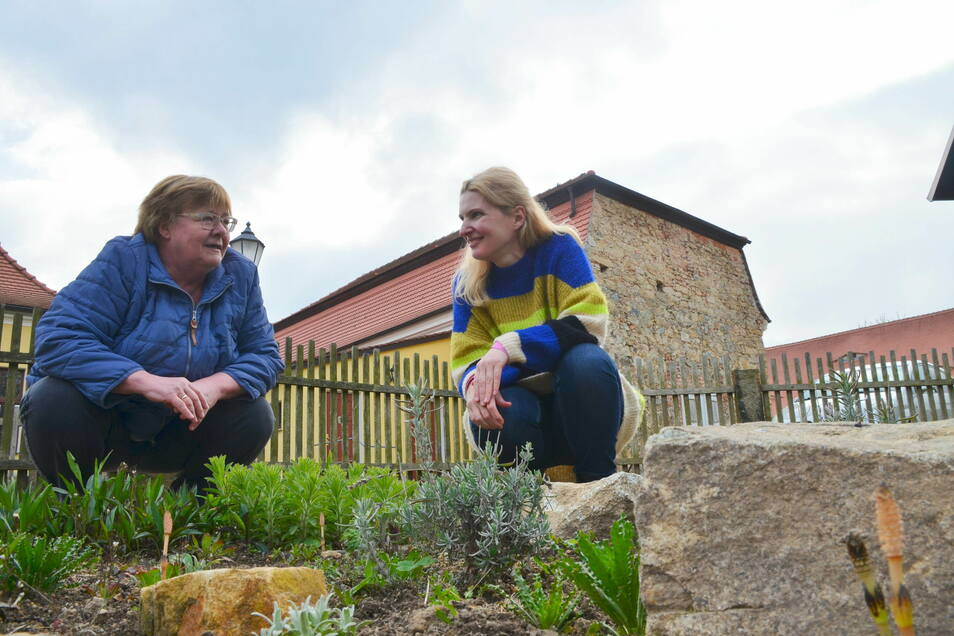 Elke Pietschmann (links) und Andrea Schaal sind bereits Beetpaten im Kräutergarten.