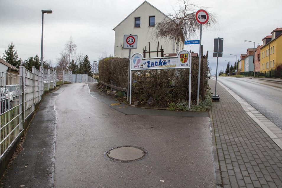 Die Zufahrtsstraße zum Freibad Zacke in Freital soll verbreitert werden, sagen die Bürger für Freital.