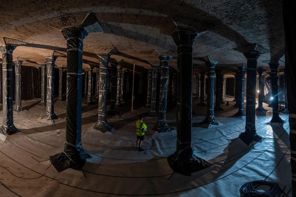 Insgesamt 174 Säulen tragen die beiden Decken der Doppelkammer des Hochbehälters. Zum Schutz sind sie während der Sanierung mit Folie verhüllt.