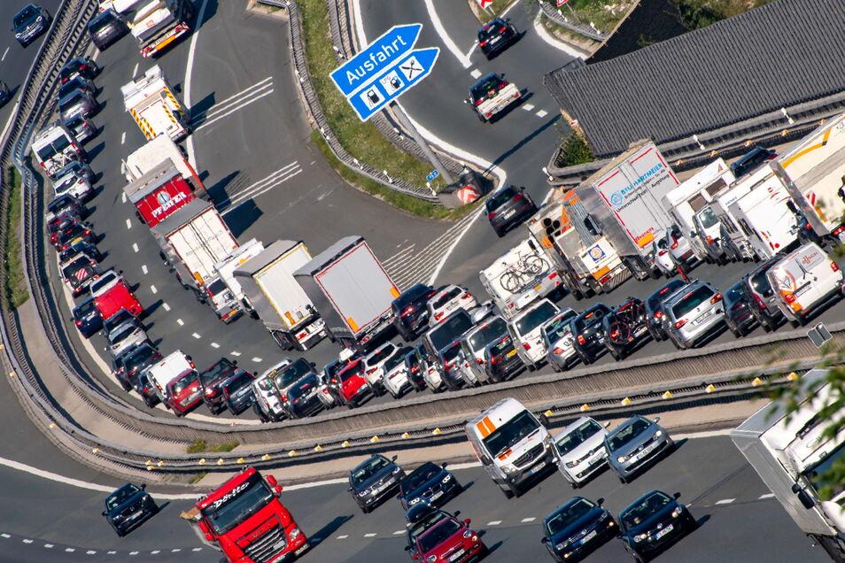 Bayern, Hochfelln: PKW und LKW stauen sich auf der Autobahn A8 in Richtung Norden.