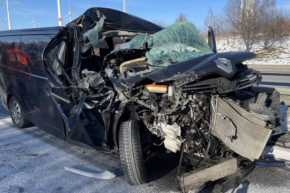 Die Front des Renault ist völlig beschädigt.