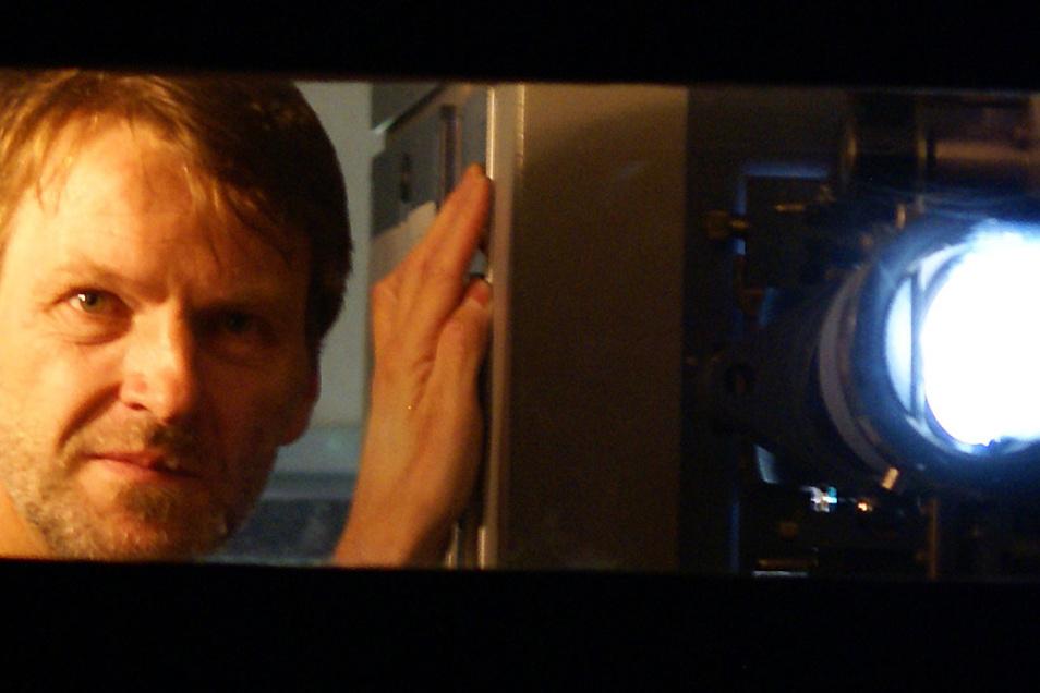 Karsten Held, Mitarbeiter der Kulturfabrik in Hoyerswerda, kann bald wieder die Projektoren anschalten und Filme im Saal der Braugasse 1 zeigen.