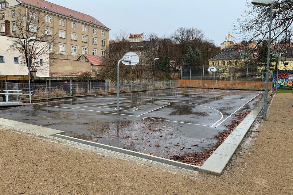 Spielfläche im Pirnaer Friedenspark: Eine Kunsteisbahn ist technisch nachrüstbar.