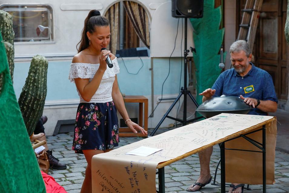 """Eva Vodicková hat in den Fleischbänken Wünsche der Festbesucher vorgelesen. Diese konnten sie an der """"Wünschewand"""" der AG Dialog hinterlassen."""