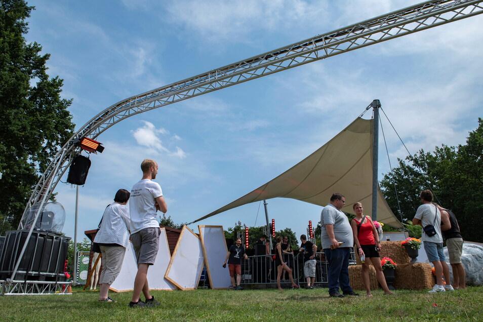 Mit Maskottchen Hackepetra lud das Stroga-Festival auf die Festwiese ein.