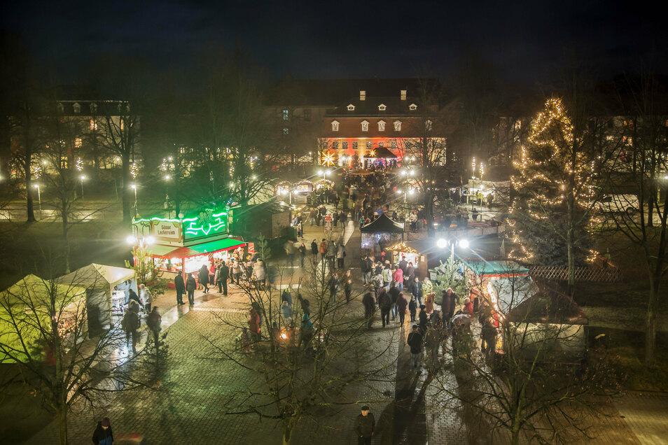Weihnachtliches Flair auf dem Zinzendorfplatz in Niesky. Die Stadt will auch im Corona-Jahr 2020 nicht darauf verzichten. Allerdings müssen sich die Besucher des Marktes auf Einschränkungen gefasst machen.