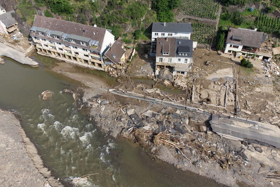 Die von der Flutwelle fortgerissene Dorfstraße in Mayschoß (Luftaufnahme mit einer Drohne).