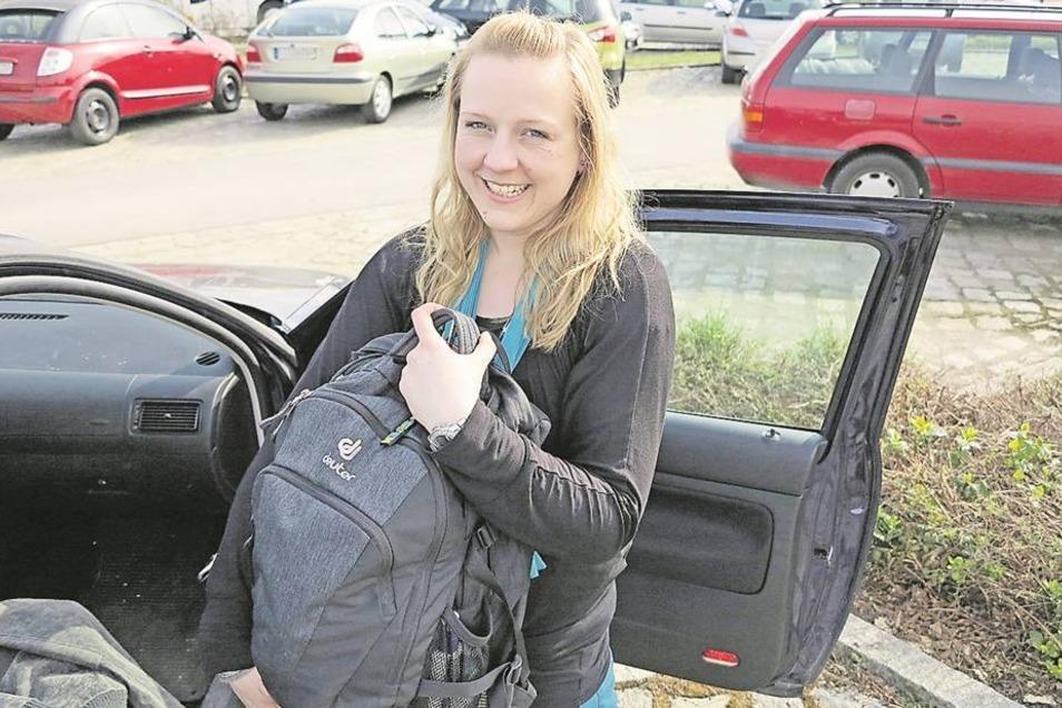"""Carolin Schmidt aus Geißmannsdorf hat gut lachen: Sie hat am Bischofswerdaer Bahnhof einen Parkplatz gefunden. Das ist nicht selbstverständlich. """"Vor allem früh ist es kritisch"""", sagt Carolin Schmidt.  Foto: Regina Berger"""