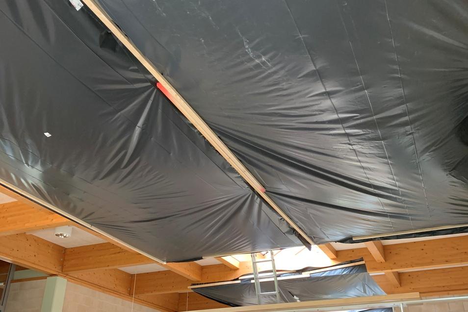 So sieht es im Hausflur der Radebeuler Berufsschule aus. Nur mit Plastikplanen kann größerer Schaden im Erdgeschoss noch verhindert werden.