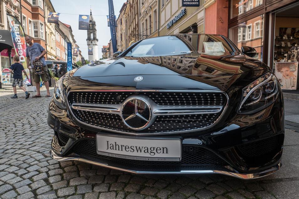 Zwischen all den Geschäften und Restaurants in der Bautzener Innenstadt warten viele verschiedene Autos zum Testen und Staunen.