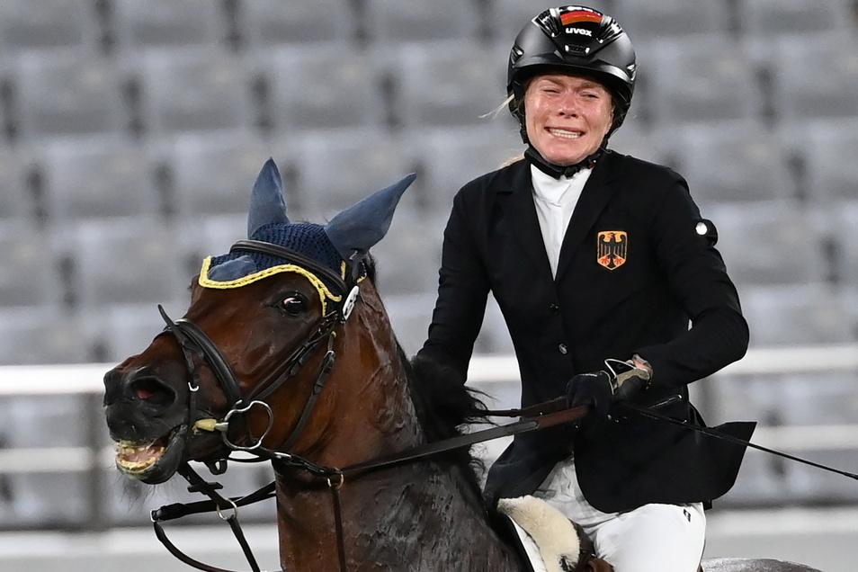 Annika Schleu ist verzweifelt nach ihrer Disqualifikation. Ihr Pferd hatte mehrmals den Sprung verweigert.