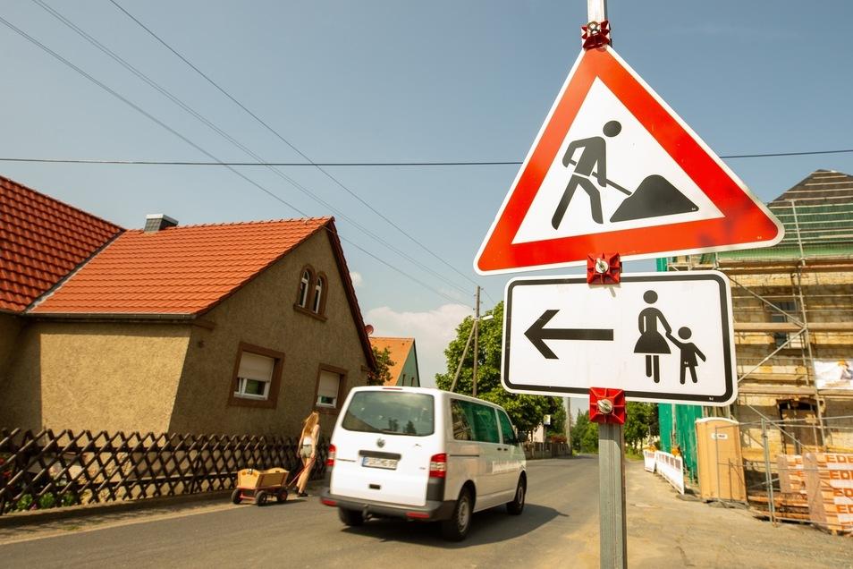 Am Mittelgasthof in Cotta müssen Fußgänger die Straßenseite wechseln. Ein gefährliches Unterfangen.