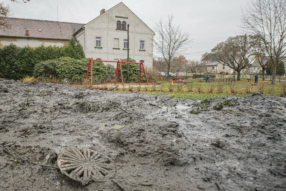 Schlamm und Unrat bedecken derzeit eine Fläche neben dem Spielplatz im Kamenzer Ortsteil Lückersdorf.