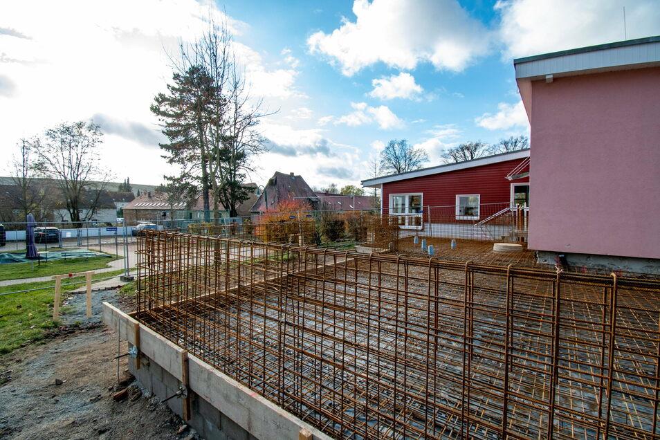 """Das Fundament für den Anbau am Hort """"Freche Stifte"""" steht. Die Brüstungswände sind teilweise schon betoniert."""