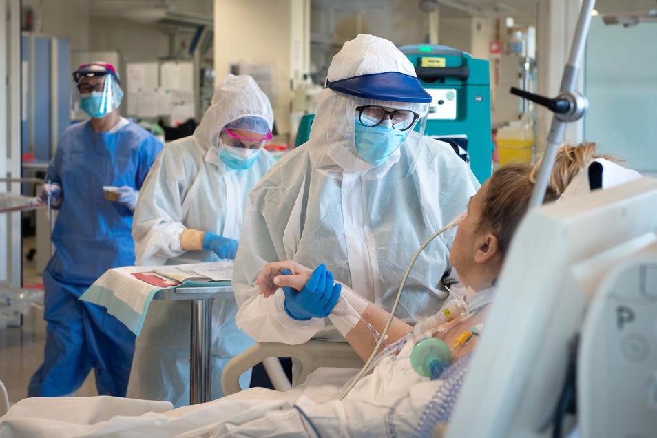 Gesundheitspersonal versorgt Coronavirus-Patienten auf einer Intensivstation. Im Meißner Elbandklinikum werden vier dieser Patienten auf der ITS betreut.