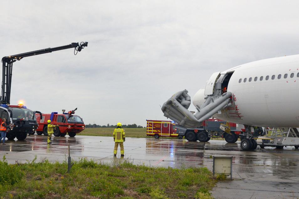 Retter probten Ernstfall am Flughafen Dresden.