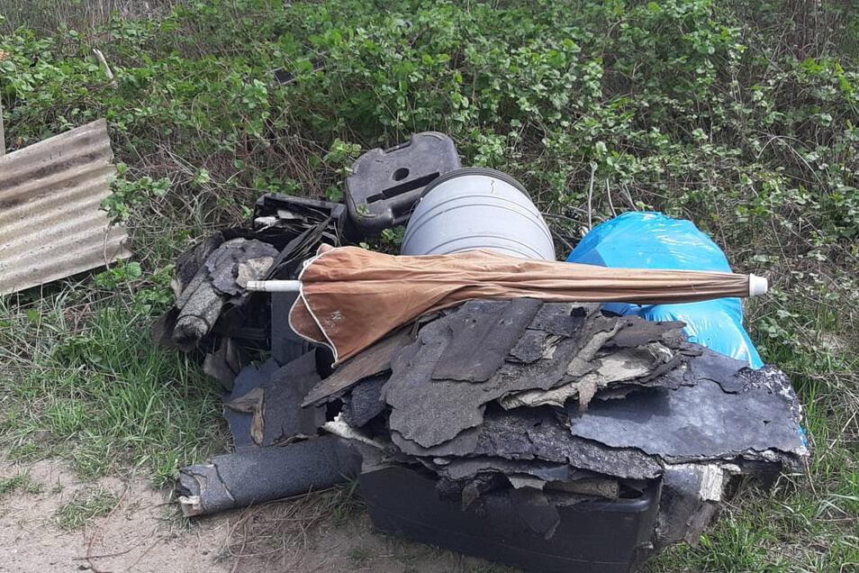 Dieser Müll wurde im Wald zwischen Frankenthal und Bretnig abgeladen.
