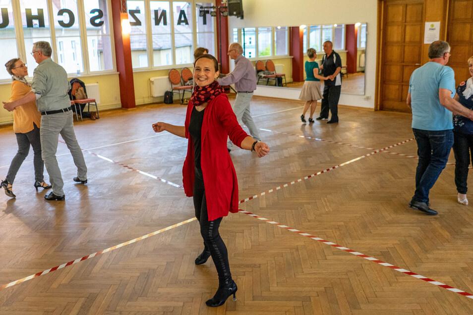 Janine Mühlmann tanzt in einem markierten Quadrat, die Tanzpaare in jeweils einem anderen. So will die Bautzener Tanzlehrerin in Corona-Zeiten für genügend Abstand sorgen.