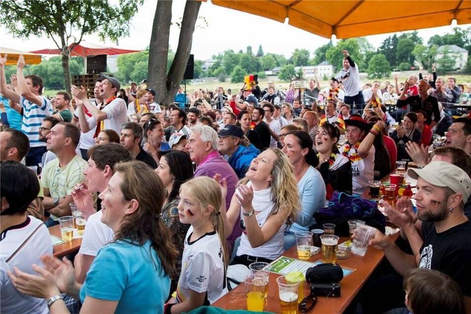 Viele Dresdner haben sich zum Public Viewing des ersten Spiels der deutschen Mannschaft  gegen Portugal gemeinsam angeschaut - wie hier im Fährgarten Johannstadt.