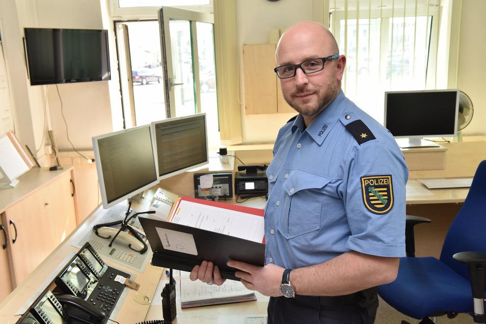 Rico Sommerschuh, der Leiter des Polizeirevier Freital-Dippoldiswalde, steht hier in der Leitstelle des Standorts Dippoldiswalde. Er erklärt die Zahlen der Kriminalitätsstatistik in seinem Bereich.