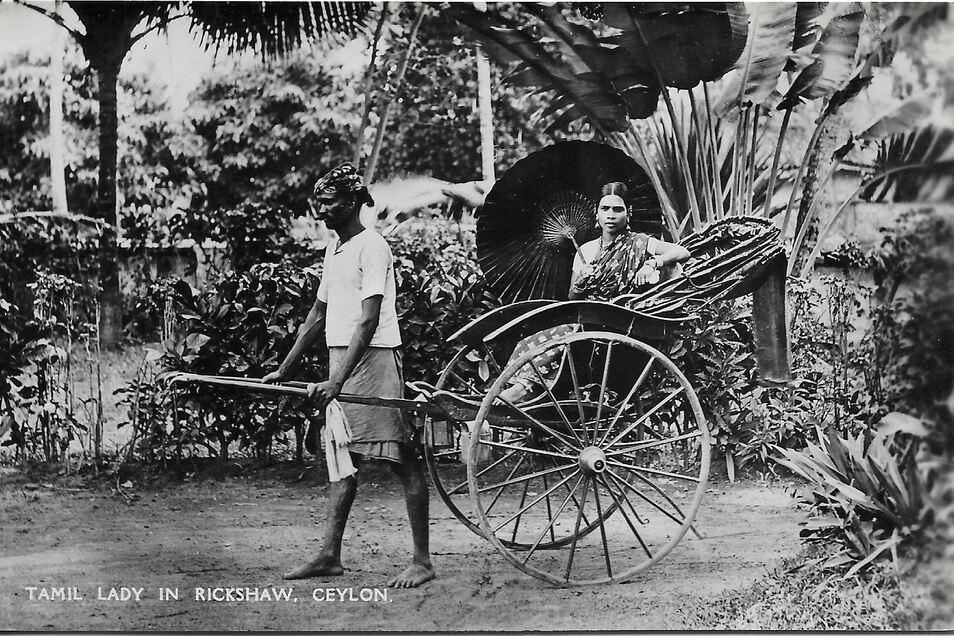 In Singapur lässt sich der Weichenstellersohn Kockisch in einer Rikscha, vielleicht ähnlich dieser, herumkutschieren.