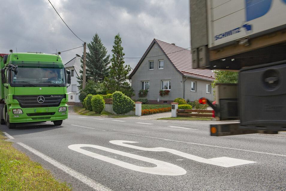 Nicht jedes Fahrzeug hält die große weiße Geschwindigkeitsbeschränkung von 30 km/h in Skassa ab, schneller zu fahren.