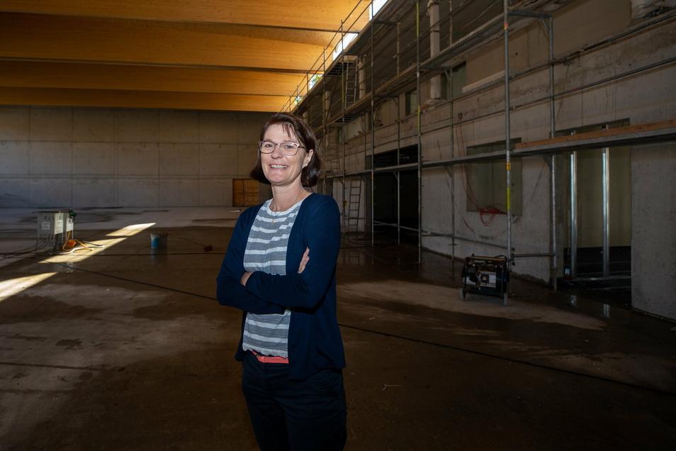 Hedda Feron, Schulleiterin des evangelischen Schulzentrums Pirna, im Herbst 2020 in der neuen Turnhalle: Ab März 2021 soll hier Sport getrieben werden.