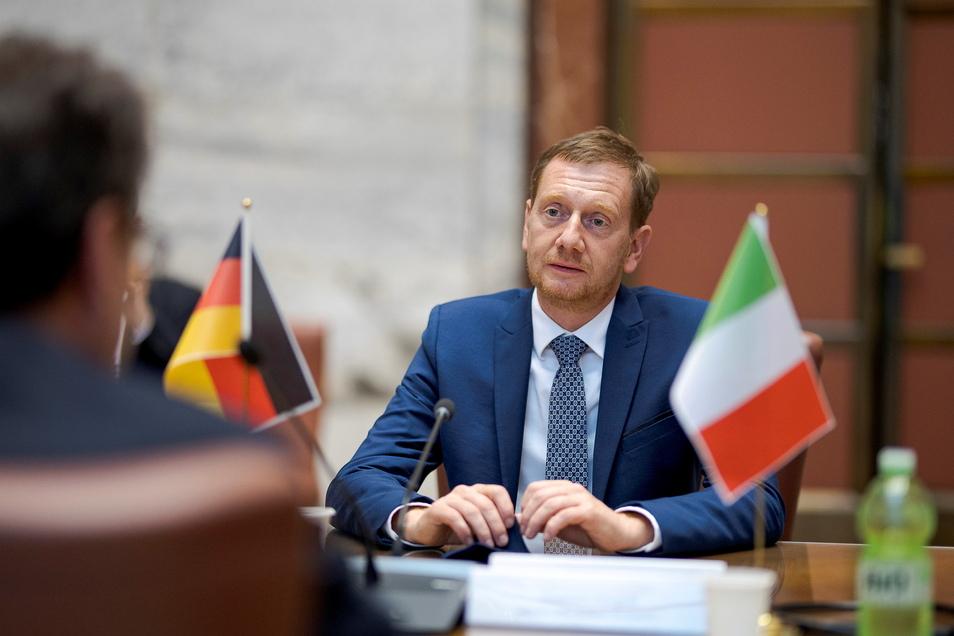 Michael Kretschmer im Gespräch mit dem italienischen Wirtschaftsminister Giancarlo Giorgetti.