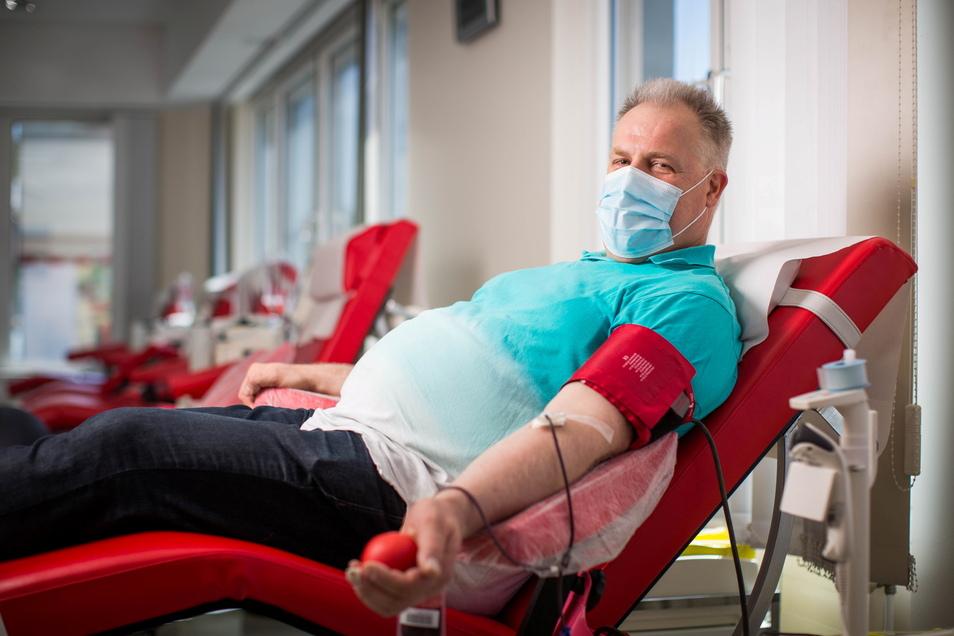 Nur zehn Minuten und schon ist Thomas Langheinrich um 500 Milliliter Lebenssaft erleichtert. Für Plasmaspenden plant er etwa eine Dreiviertelstunde Zeit ein.