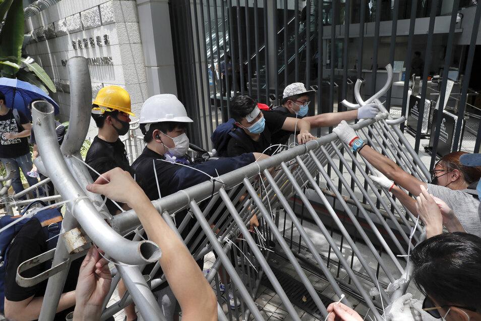 Hunderte Demonstranten sind am Freitagmorgen vor den Sitz der Hongkonger Regierung zurückgekehrt, um gegen ein umstrittenes Auslieferungsgesetz zu protestieren.