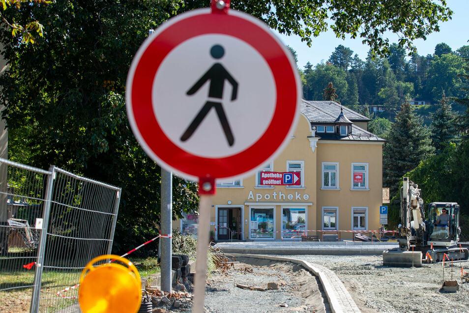 Vor der Adler-Apotheke an der Rottwerndorfer Straße wird derzeit ein Kreisverkehr gebaut. Die Apotheke kann nur über die Seminarstraße erreicht werden.