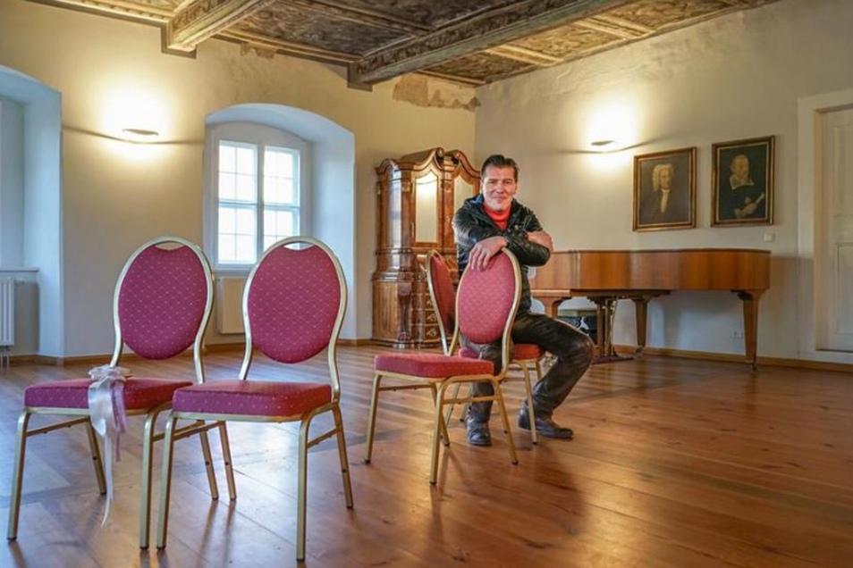 Sebastian Flämig ist Schlossherr in Kuppritz bei Hochkirch. In den vergangenen Jahren hat er das Gebäude saniert. Nun können hier im Blauen Saal Trauungen und Namensweihen stattfinden. Aber es finden auch Konzerte und andere Veranstaltungen statt.