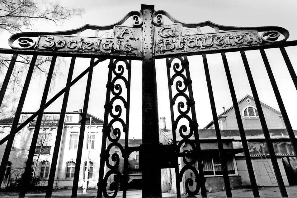 Das geschlossene Tor der Societätsbrauerei an der Bahnhofstraße kündete bereits in den 1990er Jahren vom Niedergang des Zittauer Bieres.