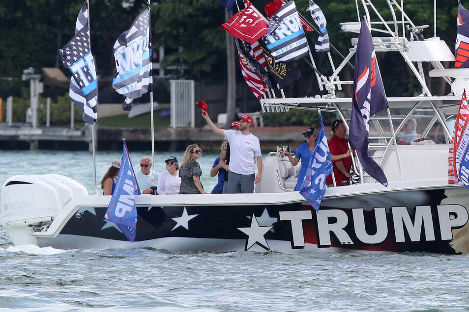 Eric Trump (M), Sohn von US-Präsident Trump, und seine Frau Laura sind mit Trumps Anhängern an Bord eines Bootes, um ihre Unterstützung für den US-Präsidenten zu zeigen.