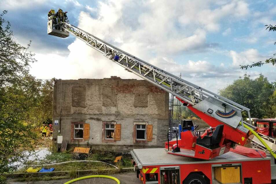 Eine Drehleiter musste bei den Löscharbeiten im Leisniger Ortsteil Kalthausen helfen.