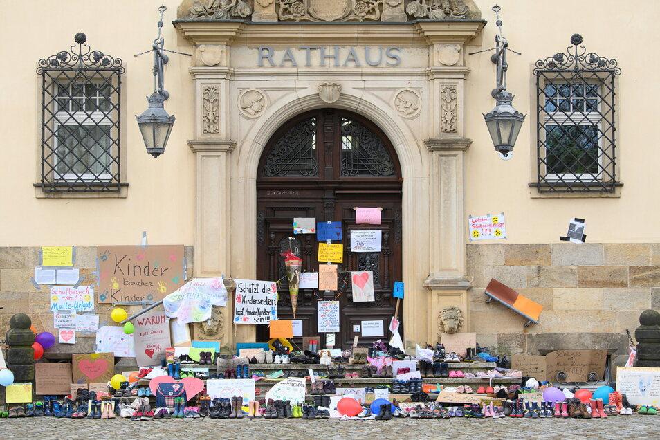 Wie hier in Radebeul stellten Familien vielerorts Kinderschuhe vor Rathäusern ab – aus Protest gegen die Corona-Regelungen für Schulen.